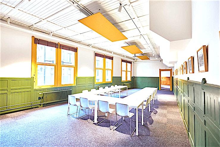 Lotenzaal **Lotenzaal is een grote en gezellige vergaderruimte te huur in het centrum van Amsterdam.**  Vind de juiste balans tussen een grote vergaderzaal en een persoonlijke sfeer. In deze ruimte geniet u  niet alleen van alle benodigde faciliteiten, maar ook van het prachtige uitzicht op het Centraal Station van Amsterdam.  Afhankelijk van welke opstelling u kiest, deze vergaderruimte is geschikt voor 4 tot 20 personen.  Goed om te weten is dat een groot deel van de gasten deze locatie als een break-out ruimte gebruikt.