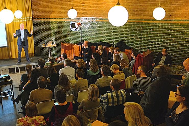 De Ruime Foyer **De Ruime Foyer bij Meet Berlage is een grote conferentieruimte te huur in Amsterdam.**  Deze locatie is gelegen in het bruisende centrum van Amsterdam en is daarmee perfect voor vergaderingen en evenementen. De ruimte ligt tussen Amsterdam Centraal Station en de Dam en is bereikbaar in slechts 15 minuten met de trein vanaf Schiphol.  Dit historische gebouw is meer dan een eeuw geleden ontworpen door Hendrik Berlage. Vandaag de dag fungeert het statige gebouw als ideale locatie voor sociale en culturele bijeenkomsten. Als u van plan bent iets groots - zoals een congres, seminar of launch party - te organiseren, deze ruimte kan gemakkelijk gebruikt worden voor maxiamaal 100 gasten.  Maak indruk op uw gasten met niet alleen de hoge plafonds van deze ruimte, maar ook de iconische poorten en een geweldig uitzicht op het noorden van Amsterdam.