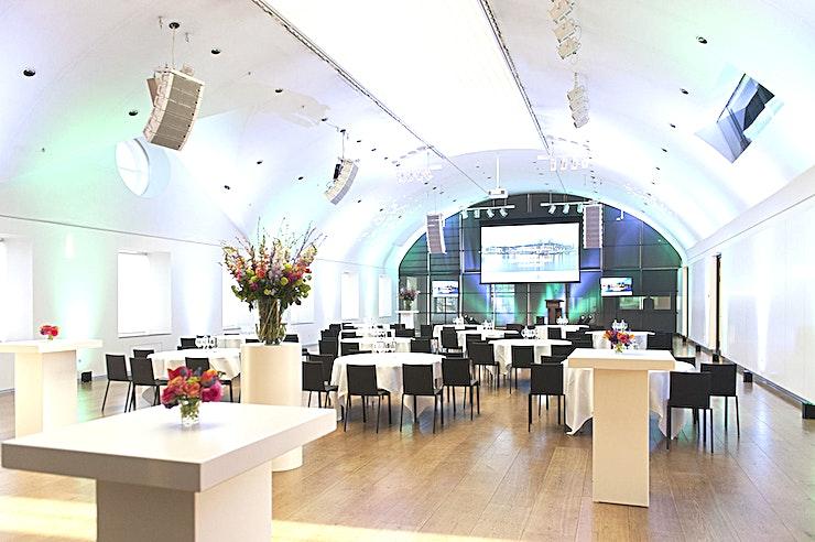 Auditorium **Het Auditorium in de Hermitage is een prachtige evenementenlocatie te huur in Amsterdam.**  Loop door de binnenplaats van de Hermitage en voel de rust. Loop vervolgens het 17e-eeuwse gebouw binnen, het daglicht in het museum is prachtig.  Dit natuurlijke licht langs de architectuur zorgt voor een moderne en inspirerende omgeving. In aanvulling op de prachtige tentoonstellingen, bieden wij vele mogelijkheden voor vergaderingen en evenementen.  Op de eerste verdieping vindt u het Café Restaurant . Het heeft een grote sfeervolle setting voor een diner of een receptie. Direct daarboven, zijn er diverse vergaderzalen van verschillende grootte. Deze kamers hebben de capaciteit om 2-400 gasten te verwelkomen.  Voor elke tentoonstelling componeert de chef-kok een verfijnd menu die samenvalt met de tentoonstelling. Hij kan ook samen een exclusief menu op basis van uw behoeften en wensen samenstellen, zodat uw diner precies wordt samengesteld zoals u in gedachten had.  Met zoveel opties in de Hermitage - van de zalen, het terras, het menu en laten we de steiger in de voorkant van het museum op de komst van de boten niet vergeten - kan de locatie in detail worden afgestemd op al uw behoeften.  Het zeer ervaren team kan u helpen bij het samenstellen van een onvergetelijk evenement. Finesse en kwaliteit zijn de belangrijkste doelstellingen, gastvrijheid is het sleutelwoord.  Wij werken met passie en dat delen we graag. Geschiedenis, cultuur, gastronomie en gastvrijheid - deze worden allen ervaren op één plek.