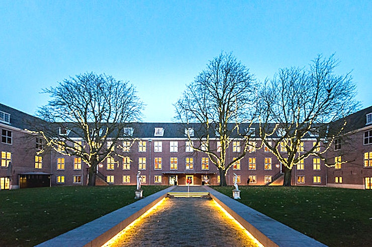 Pushkin Kamer **Boek de Pushkin Room in de Hermitage voor een perfecte vergaderruimte in Amsterdam.**  Drie vergaderzalen gelegen naast het Auditorium kunnen afzonderlijk of samen worden gehuurd met het Auditorium. Ze zijn geschikt voor kleine presentaties, seminars, cursussen en ga zo maar door.  De zalen kunnen worden gehuurd voor een ochtend, middag of avond, of een combinatie van deze, van 9:00-12:30. Iedere ruimte heeft zijn eigen beamer, scherm en geluidsinstallatie.