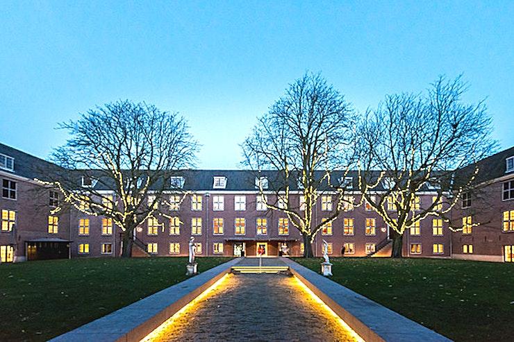 Tolstoy kamer **De Tolstoy Room in het museum de Hermitage is een stijlvolle vergaderruimte te huur in Amsterdam.**  Drie vergaderzalen gelegen naast het Auditorium kunnen afzonderlijk of samen worden gehuurd met het Auditorium. Ze zijn geschikt voor kleine presentaties, seminars, cursussen en ga zo maar door.  De zalen kunnen worden gehuurd voor een ochtend, middag of avond, of een combinatie van deze, van 9:00-12:30. Iedere ruimte heeft zijn eigen beamer, scherm en geluidsinstallatie.