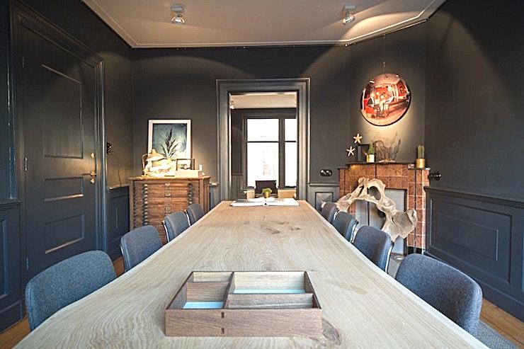 Vaudeville Library **Vaudeville Library is een intiem en veelzijdige vergaderruimte te huren in het centrum van Amsterdam.**  In het hart van Amsterdam vindt u het Vaudeville Theatre waarin de Bibliotheek van 35 m² is gevestigd. Deze ruimte heeft een warme sfeer met een aparte zithoek en een vergaderruimte. Dankzij deze lay-out is de ruimte ook zeer geschikt als break-out room.  Wij zijn van mening dat deze locatie een bijzonder goede keuze is voor kleinere en meer intieme bijeenkomsten.