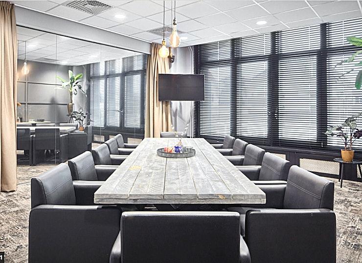 Learn **Learn van In View is een grote en comfortabele vergaderlocatie in Utrecht.**  Deze volledig ingerichte ruimte heeft een oppervlakte van 30 m2 en is geschikt voor zowel marktonderzoeken als voor uw meeting. De kamer komt bovendien met een bedienbare camera, een one-way-mirror en een LCD-scherm.