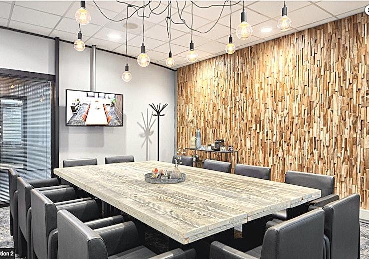 Motion **Motion bij In View is een moderne, veelzijdige vergaderzaal te huur in Utrecht.**  Bent u op zoek naar een ruime, huiselijk ingerichte vergader- of trainingsruimte? Motion is in dat geval perfect. Deze volledig ingerichte kamer heeft een oppervlakte van 30m².  In deze ruimte kunt u kijken naar de onderzoek kamers via het LCD-scherm. De kamer is geschikt voor maximaal 12 gasten.