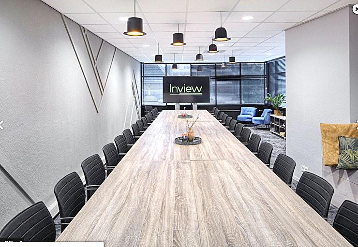 The Office **The Office bij In View is een ruime, flexibele vergaderruimte te huur in Utrecht.**  The Office dankt zijn naam aan de vorige bestemming. Deze ruimte was acht jaar lang het kantoor en brein van In View.  Dit voormalige kantoor heeft inmiddels een nieuwe functie: een grote, lichte en functionele ruimte die kan worden gebruikt voor vele doeleinden.  Het meubilair is flexibel, dus of u een U-opstelling, een boardroom opstelling, een cabaret of theater wilt; het is allemaal mogelijk. Je hebt ook de mogelijkheid om een grote (84 inch) LED-tv te gebruiken.