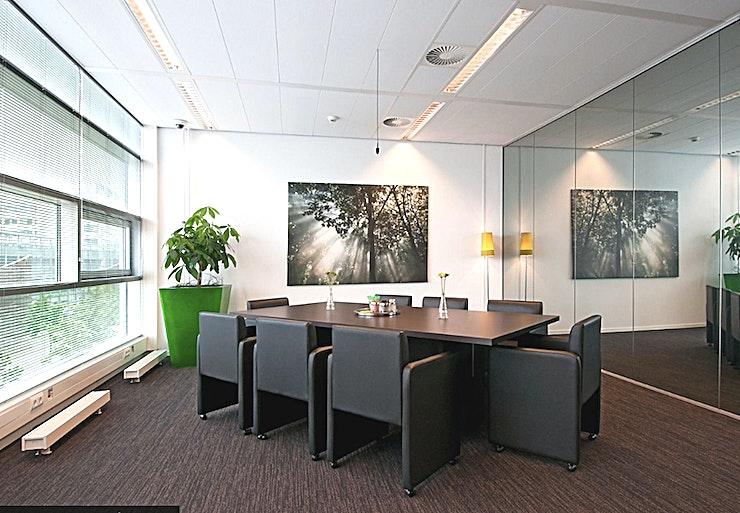 Green Room **The Green Room bij In View is een multi-functionele vergaderzaal te huur in Rotterdam.**  Deze volledig ingerichte ruimte heeft een oppervlakte van 35m². Dit is een multi-functionele ruimte, geschikt voor zowel vergaderingen als marktonderzoek.  Deze locatie is voorzien van een bestuurbare camera en een kamerbrede eenrichtingsspiegel. Dit betekent dat de kamers kunnen worden bekeken op 2 manieren, zowel via het LCD-scherm als via de one-way mirror.