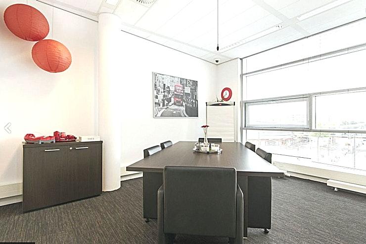 Red Room **The Red Room bij In View is een flexibele vergaderruimte te huur in Rotterdam.**  De Red Room is een lichte ruimte, dankzij de grote ramen en de rode tinten die het thema van deze ruimte vormen.  The Red Room biedt de mogelijkheid om onderzoek te doen, maar kan ook worden omgevormd tot een aantrekkelijke lunch-, diner of vergaderruimte.  Deze kamer is een flexibele werkplek die kan worden voorzien van banken voor een ontspannen gelegenheid of een opstelling in boardroom-stijl voor een meer formele vergadering.