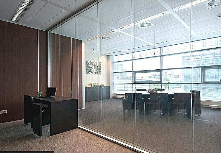 Brown Room **De Bruine kamer bij In View is een veelzijdige, moderne vergaderzaal te huur in Rotterdam.**  Deze volledig ingerichte viewing room heeft een oppervlakte van 15 m². Vanuit deze kamer kunt u de Green Room via de kamerbrede one-way mirror bekijken.  Deze kamer is een flexibele werkplek die kan worden voorzien van banken voor een ontspannen gelegenheid of een opstelling in boardroom-stijl voor een meer formele vergadering.