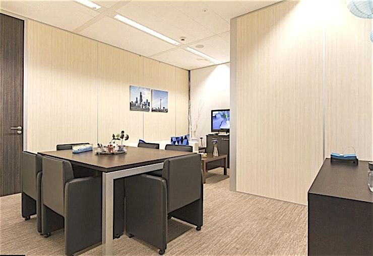 Blue Room **De Blauwe Kamer bij In View is een stijlvolle, moderne vergaderzaal te huur in Rotterdam.**  Deze volledig ingerichte ruimte heeft een oppervlakte van 25 m². In deze ruimte kunt u kijken in de andere onderzoek kamers via het LCD-scherm via de bestuurbare camera.   Deze kamer is een flexibele werkplek die kan worden voorzien van banken voor een ontspannen gelegenheid of een opstelling in boardroom-stijl voor een meer formele vergadering.