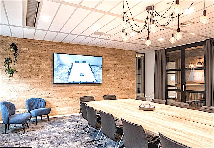 Connect **Connect in Studio Zoost is een moderne, state-of-the-art vergaderzaal te huur in Amsterdam.**   Amsterdam heeft vele vergaderzalen, maar geen enkele is zo gemakkelijk te bereiken als Studio Zoost.    Deze locatie ligt direct naast Station Bijlmer ArenA, rechtstreeks bereikbaar met de trein, metro en bus, en bijna langs de A9 en de A2.    Schiphol is 10 minuten rijden, daarnaast is Studio Zoost omringd door diverse parkeergarages. Op deze locatie vindt u de juiste sfeer en de meest moderne faciliteiten voor elk type vergadering of marktonderzoek.    Studio Zoost biedt een inspirerende, maar toch ook zakelijke omgeving. Het personeel staat klaar om ervoor te zorgen dat Studio Zoost de perfecte plek voor uw zakelijke bijeenkomst of marktonderzoek in Amsterdam is.