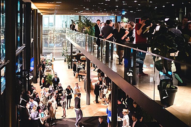 Foyer **De Foyer in Theater Amsterdam is de perfecte feestlocatie te huur in Amsterdam.**   Van een grote presentatie in het theater tot een awardshow in onze nieuwe 1200 m² Blackbox, alles kan worden