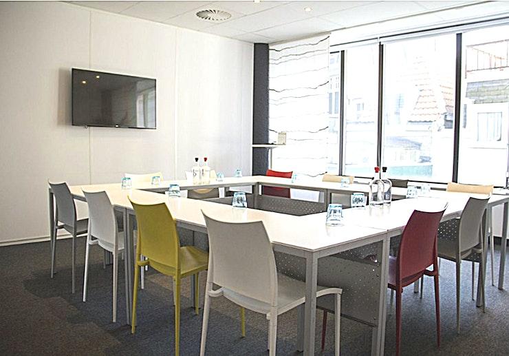 Meeting Room 2 **Boek Meeting Room 2 in Den Haag voor een persoonlijke en gastvrije service.**  Als het gaat om een vergadering tot een goed einde te brengen, dan is de juiste sfeer zeker van belang. Meeting Room 1 in het midden van Den Haag zorgt ervoor dat aan alle voorwaarden voldaan is.   De service is snel en persoonlijk. De eigen chef-kok heeft zijn beroemde catering service. Moderne technologie die altijd werkt en de unieke plek aan het Buitenhof in Den Haag. Met zijn historische grandeur, op slechts een steenworp afstand van het Nederlandse centrum van de politieke macht, met allerlei winkels in de buurt.    Een meeting & conference center als de onze zal elke bijeenkomst omzetten in een bijzondere ervaring.
