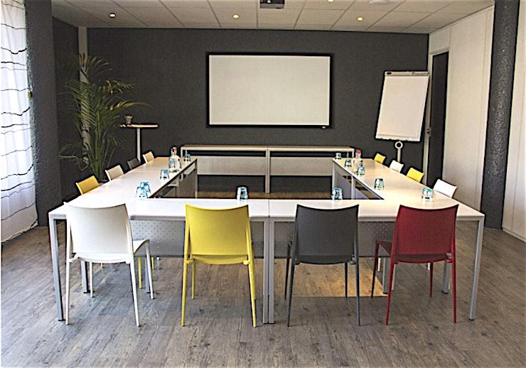 Meeting Room 3 **Boek Meeting Room 3 in Den Haag voor een persoonlijke en gastvrije service.**  Als het gaat om een vergadering tot een goed einde te brengen, dan is de juiste sfeer zeker van belang. Meeting Room 1 in het midden van Den Haag zorgt ervoor dat aan alle voorwaarden voldaan is.   De service is snel en persoonlijk. De eigen chef-kok heeft zijn beroemde catering service. Moderne technologie die altijd werkt en de unieke plek aan het Buitenhof in Den Haag. Met zijn historische grandeur, op slechts een steenworp afstand van het Nederlandse centrum van de politieke macht, met allerlei winkels in de buurt.    Een meeting & conference center als de onze zal elke bijeenkomst omzetten in een bijzondere ervaring.