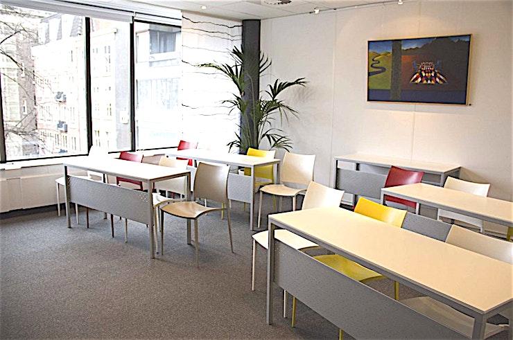 Meeting Room 4 **Boek Meeting Room 4 in Den Haag voor een persoonlijke en gastvrije service.**  Als het gaat om een vergadering tot een goed einde te brengen, dan is de juiste sfeer zeker van belang. Meeting Room 1 in het midden van Den Haag zorgt ervoor dat aan alle voorwaarden voldaan is.   De service is snel en persoonlijk. De eigen chef-kok heeft zijn beroemde catering service. Moderne technologie die altijd werkt en de unieke plek aan het Buitenhof in Den Haag. Met zijn historische grandeur, op slechts een steenworp afstand van het Nederlandse centrum van de politieke macht, met allerlei winkels in de buurt.    Een meeting & conference center als de onze zal elke bijeenkomst omzetten in een bijzondere ervaring.