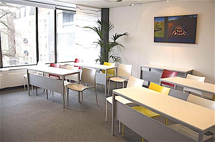 Meeting Room 5 **Boek Meeting Room 5 in Den Haag voor een persoonlijke en gastvrije service.**  Als het gaat om een vergadering tot een goed einde te brengen, dan is de juiste sfeer zeker van belang. Meeting Room 1 in het midden van Den Haag zorgt ervoor dat aan alle voorwaarden voldaan is.   De service is snel en persoonlijk. De eigen chef-kok heeft zijn beroemde catering service. Moderne technologie die altijd werkt en de unieke plek aan het Buitenhof in Den Haag. Met zijn historische grandeur, op slechts een steenworp afstand van het Nederlandse centrum van de politieke macht, met allerlei winkels in de buurt.    Een meeting & conference center als de onze zal elke bijeenkomst omzetten in een bijzondere ervaring.