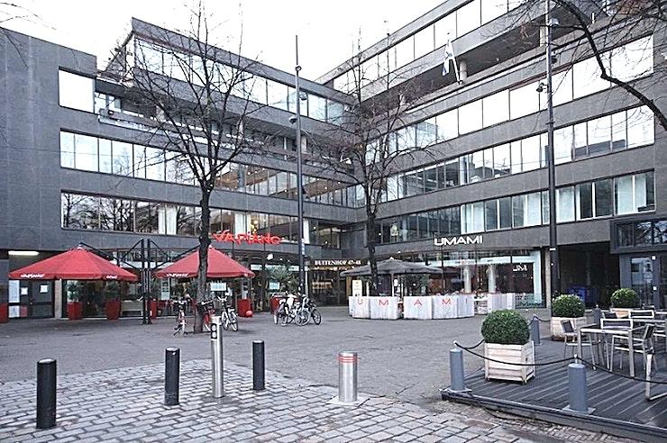 Meeting Room 6 **Boek Meeting Room 6 in Den Haag voor een persoonlijke en gastvrije service.**  Als het gaat om een vergadering tot een goed einde te brengen, dan is de juiste sfeer zeker van belang. Meeting Room 1 in het midden van Den Haag zorgt ervoor dat aan alle voorwaarden voldaan is.   De service is snel en persoonlijk. De eigen chef-kok heeft zijn beroemde catering service. Moderne technologie die altijd werkt en de unieke plek aan het Buitenhof in Den Haag. Met zijn historische grandeur, op slechts een steenworp afstand van het Nederlandse centrum van de politieke macht, met allerlei winkels in de buurt.    Een meeting & conference center als de onze zal elke bijeenkomst omzetten in een bijzondere ervaring.