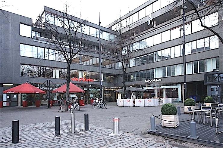 Meeting Room 10 **Boek Meeting Room 10 in Den Haag voor een persoonlijke en gastvrije service.**  Als het gaat om een vergadering tot een goed einde te brengen, dan is de juiste sfeer zeker van belang. Meeting Room 1 in het midden van Den Haag zorgt ervoor dat aan alle voorwaarden voldaan is.   De service is snel en persoonlijk. De eigen chef-kok heeft zijn beroemde catering service. Moderne technologie die altijd werkt en de unieke plek aan het Buitenhof in Den Haag. Met zijn historische grandeur, op slechts een steenworp afstand van het Nederlandse centrum van de politieke macht, met allerlei winkels in de buurt.    Een meeting & conference center als de onze zal elke bijeenkomst omzetten in een bijzondere ervaring.