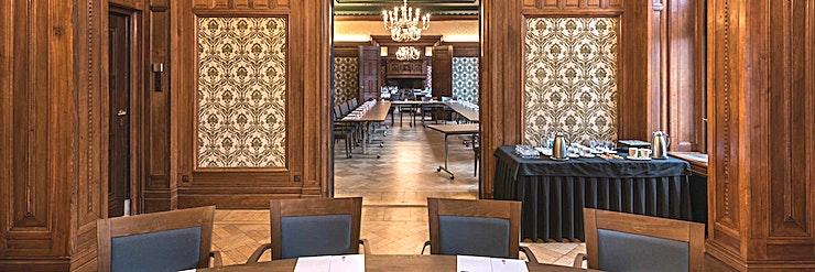 Downing Street **Downing Street in het KIT is een grote, multifunctionele vergaderruimte te huur in Amsterdam.**  KIT Koninklijk Instituut voor de Tropen is een onafhankelijk expertisecentrum gewijd aan onderwij
