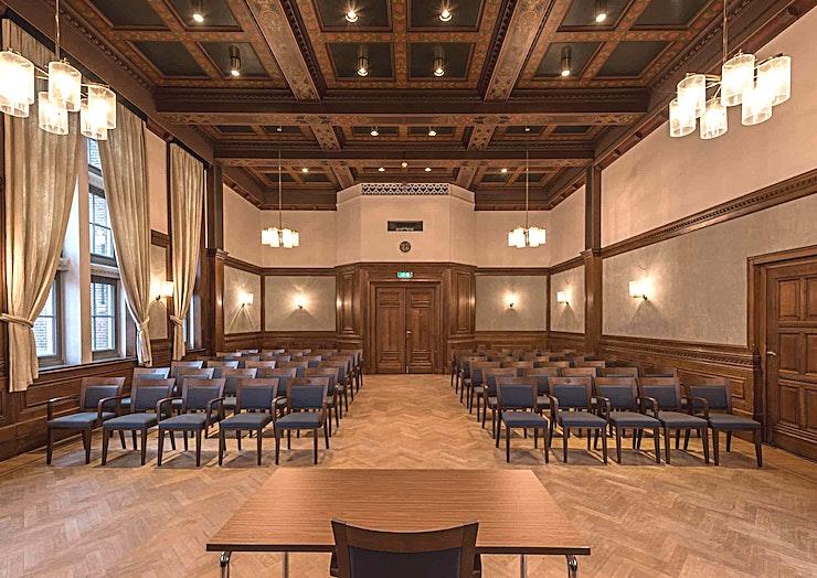 Mauritszaal **Maurits Hall bij het KIT is een grote, multifunctionele zaal te huur in Amsterdam.**   KIT Koninklijk Instituut voor de Tropen is een onafhankelijk expertisecentrum gewijd aan onderwijs, intercul