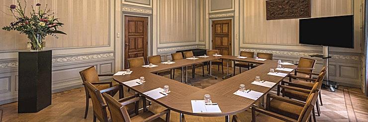 Emmazaal **Emma Kamer in het KIT is een grote, multifunctionele vergaderruimte te huur in Amsterdam.**   KIT Koninklijk Instituut voor de Tropen is een onafhankelijk expertisecentrum gewijd aan onderwijs, i