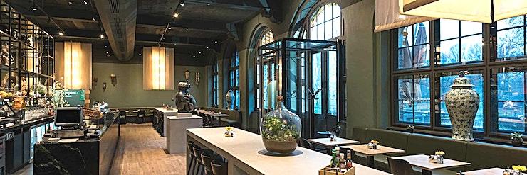 De Tropen **De Tropen in het KIT is een stijlvol, populair restaurant te huur in Amsterdam.**   KIT Koninklijk Instituut voor de Tropen is een onafhankelijk expertisecentrum gewijd aan onderwijs, intercultur