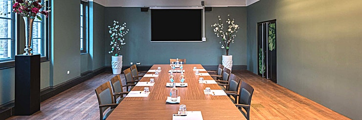 Subtropen **Subtropen in het KIT is een moderne, multifunctionele vergaderzaal te huur in Amsterdam.**   KIT Koninklijk Instituut voor de Tropen is een onafhankelijk expertisecentrum gewijd aan onderwijs, in