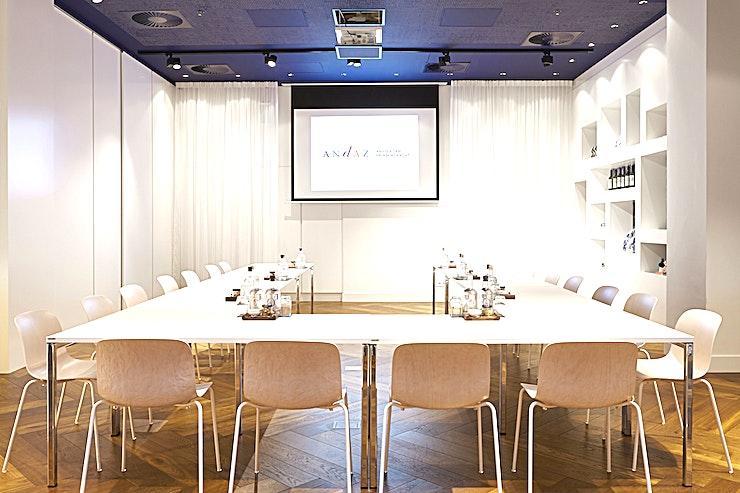 Atelier Keizergracht Building **Atelier in het Andaz is een veelzijdige, ruime evenementenlocatie te huur in Amsterdam.**   De wereldberoemde designer Marcel Wanders heeft niet alleen zijn persoonlijke touch toegevoegd aan de O