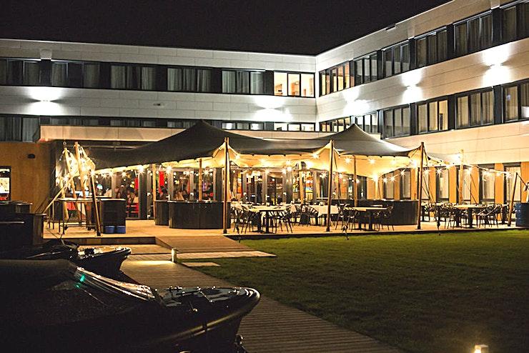 Haven - Terras **De Harbour Terrace in het Apollo Hotel is een prachtige, multifunctionele buitenruimte te huur in Amsterdam.**  Deze locatie is de nieuwste van de Apollo Hotels. De locatie heeft het beste van beide werelden; het platteland en de stad.  Een zicht op de Vinkeveens Plassen (meren van Vinkeveen), met inbegrip van een eigen jachthaven, maar nog steeds in staat om Amsterdam te bereiken binnen 12 minuten met de auto.  De planning van uw evenement of bijeenkomst? De nieuwe Meeting & Events Center van 1,300 m2 is de perfecte locatie met ruime parkeergelegenheid. De locatie is ook direct aan de A2.