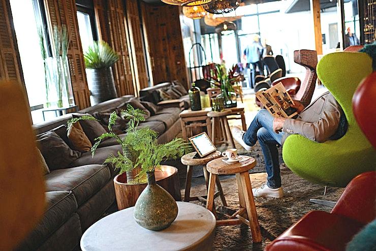 Lounge **The Lounge in het Apollo Hotel Vinkeveen Amsterdam is een populaire, multifunctionele eventenlocatie te huur in Amsterdam .**   Deze locatie is de nieuwste van de Apollo Hotels. De locatie heeft het beste van beide werelden; het platteland en de stad.    Een zicht op de Vinkeveens Plassen (meren van Vinkeveen), met inbegrip van een eigen jachthaven, maar nog steeds in staat om Amsterdam te bereiken binnen 12 minuten met de auto.    De planning van uw evenement of bijeenkomst? De nieuwe Meeting & Events Center van 1,300 m2 is de perfecte locatie met ruime parkeergelegenheid. De locatie is ook direct aan de A2.