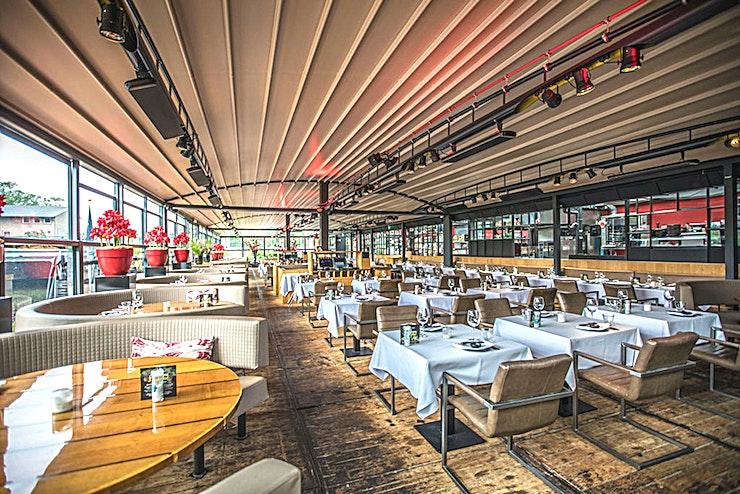 Harbour Club **De Harbour Club in het Apollo Hotel is een populaire, aanpasbare outdoor ruimte te huur in Amsterdam.**   Deze locatie is de nieuwste van de Apollo Hotels. De locatie heeft het beste van beide werelden; het platteland en de stad.    Een zicht op de Vinkeveens Plassen (meren van Vinkeveen), met inbegrip van een eigen jachthaven, maar nog steeds in staat om Amsterdam te bereiken binnen 12 minuten met de auto.    De planning van uw evenement of bijeenkomst? De nieuwe Meeting & Events Center van 1,300 m2 is de perfecte locatie met ruime parkeergelegenheid. De locatie is ook direct aan de A2.