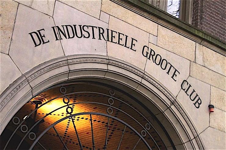 Dameszaal **Dameszaal van de Koninklijke Industrieele Groote Club is een flexibele kamer te huur in Amsterdam voor een breed scala aan evenementen.**   De vele kamers, elk met hun karakteristieke sfeer, lenen zich uitstekend voor diverse evenementen. Welk evenement je ook organiseert, dit monumentale gebouw, met een klassiek moderne en mystieke sfeer, biedt de perfecte ervaring.    Voeg daar servicegericht en competente medewerkers van de locatie aan toe en bent u verzekerd van een onvergetelijke dag.    De Club heeft acht kamers, waaronder een restaurant, bar en club kamer. Groote Zaal heeft een bijzonder uitzicht op het Rokin en biedt ruimte voor 175 personen voor een receptie en een maximum van 155 voor een diner.    De andere kamers hebben elk een indrukwekkend uitzicht op het Koninklijk Paleis en het monument op de Dam.    Het maximum aantal personen voor de gehele locatie is 550 personen voor een informeel evenement. Doordeweeks is het restaurant, de bar en de Club kamer alleen toegankelijk voor leden, maar vanaf 15:00 uur op vrijdag kan de locatie worden gehuurd.