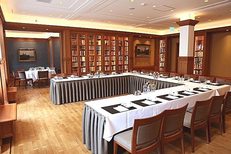 Bibliotheek **Bibliotheek van de Koninklijke Industrieele Groote Club is een state-of-the-art vergaderzaal te huur in Amsterdam.**   De vele kamers, elk met hun karakteristieke sfeer, lenen zich uitstekend voor diverse evenementen. Welk evenement je ook organiseert, dit monumentale gebouw, met een klassiek moderne en mystieke sfeer, biedt de perfecte ervaring.    Voeg daar servicegericht en competente medewerkers van de locatie aan toe en bent u verzekerd van een onvergetelijke dag.    De Club heeft acht kamers, waaronder een restaurant, bar en club kamer. Groote Zaal heeft een bijzonder uitzicht op het Rokin en biedt ruimte voor 175 personen voor een receptie en een maximum van 155 voor een diner.    De andere kamers hebben elk een indrukwekkend uitzicht op het Koninklijk Paleis en het monument op de Dam.    Het maximum aantal personen voor de gehele locatie is 550 personen voor een informeel evenement. Doordeweeks is het restaurant, de bar en de Club kamer alleen toegankelijk voor leden, maar vanaf 15:00 uur op vrijdag kan de locatie worden gehuurd.