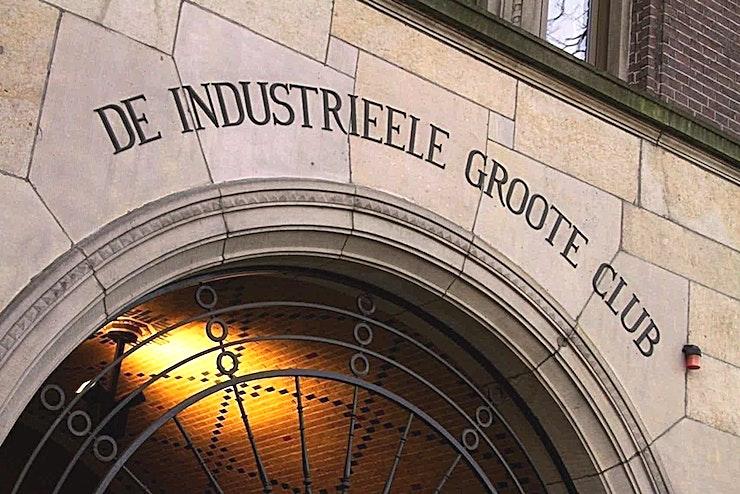 Damzaal **De Damzaal van de Koninklijke Industrieele Groote Club is een ruime vergaderzaal te huur in Amsterdam.**   De vele kamers, elk met hun karakteristieke sfeer, lenen zich uitstekend voor diverse evenementen. Welk evenement je ook organiseert, dit monumentale gebouw, met een klassiek moderne en mystieke sfeer, biedt de perfecte ervaring.    Voeg daar servicegericht en competente medewerkers van de locatie aan toe en bent u verzekerd van een onvergetelijke dag.    De Club heeft acht kamers, waaronder een restaurant, bar en club kamer. Groote Zaal heeft een bijzonder uitzicht op het Rokin en biedt ruimte voor 175 personen voor een receptie en een maximum van 155 voor een diner.    De andere kamers hebben elk een indrukwekkend uitzicht op het Koninklijk Paleis en het monument op de Dam.    Het maximum aantal personen voor de gehele locatie is 550 personen voor een informeel evenement. Doordeweeks is het restaurant, de bar en de Club kamer alleen toegankelijk voor leden, maar vanaf 15:00 uur op vrijdag kan de locatie worden gehuurd.