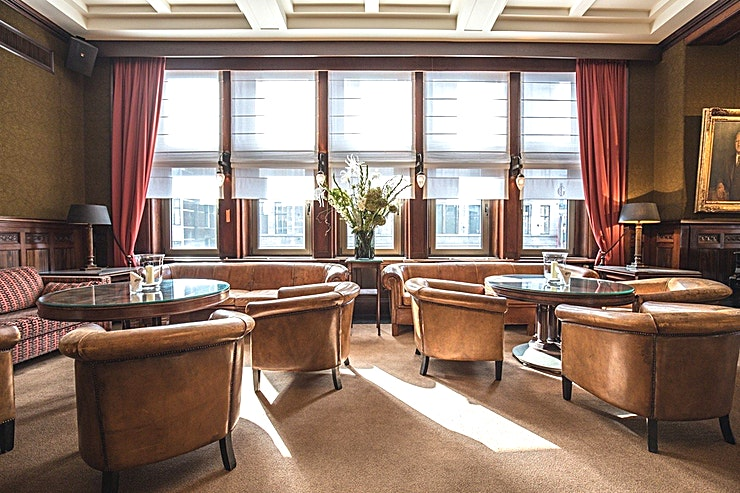 Whole Venue **De Koninklijke Industrieele Groote Club is een prachtige evenementenlocatie te huur in Amsterdam.**   De vele kamers, elk met hun karakteristieke sfeer, lenen zich uitstekend voor diverse evenementen. Welk evenement je ook organiseert, dit monumentale gebouw, met een klassiek moderne en mystieke sfeer, biedt de perfecte ervaring.    Voeg daar servicegericht en competente medewerkers van de locatie aan toe en bent u verzekerd van een onvergetelijke dag.    De Club heeft acht kamers, waaronder een restaurant, bar en club kamer. Groote Zaal heeft een bijzonder uitzicht op het Rokin en biedt ruimte voor 175 personen voor een receptie en een maximum van 155 voor een diner.    De andere kamers hebben elk een indrukwekkend uitzicht op het Koninklijk Paleis en het monument op de Dam.    Het maximum aantal personen voor de gehele locatie is 550 personen voor een informeel evenement. Doordeweeks is het restaurant, de bar en de Club kamer alleen toegankelijk voor leden, maar vanaf 15:00 uur op vrijdag kan de locatie worden gehuurd.