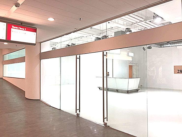 SHOWROOM 1.01.23 **World Fashion Center Showrooms zijn ideale ruimtes voor uw volgende vergadering of workshop.**   Het World Fashion Centre is een inspirerende omgeving en staat bekend als dé ontmoetingsplek voor de internationale mode-business. Deze aantrekkelijke ruimtes kunt u ontwerpen en inrichten naar uw eigen smaak, zodat u een perfecte omgeving voor uzelf creëert.    De locatie is gelegen langs de A10 ringweg, heeft ruime parkeergelegenheid en een uitstekende verbindingen met het openbaar vervoer. Het WFC is dan ook gemakkelijk toegankelijk voor gasten en bezoekers. Er is bovendien 24/7 beveiligingspersoneel aanwezig zodat uw veiligheid altijd gewaarborgd is.