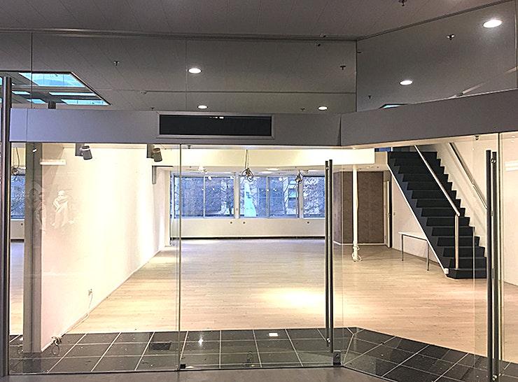 SHOWROOM 1.01.06 **Workshop en conferentieruimtes te huur in het World Fashion Center.**   Het World Fashion Centre is een inspirerende omgeving en staat bekend als dé ontmoetingsplek voor de internationale mode-business. Deze aantrekkelijke ruimtes kunt u ontwerpen en inrichten naar uw eigen smaak, zodat u een perfecte omgeving voor uzelf creëert.    De locatie is gelegen langs de A10 ringweg, heeft ruime parkeergelegenheid en een uitstekende verbindingen met het openbaar vervoer. Het WFC is dan ook gemakkelijk toegankelijk voor gasten en bezoekers. Er is bovendien 24/7 beveiligingspersoneel aanwezig zodat uw veiligheid altijd gewaarborgd is.