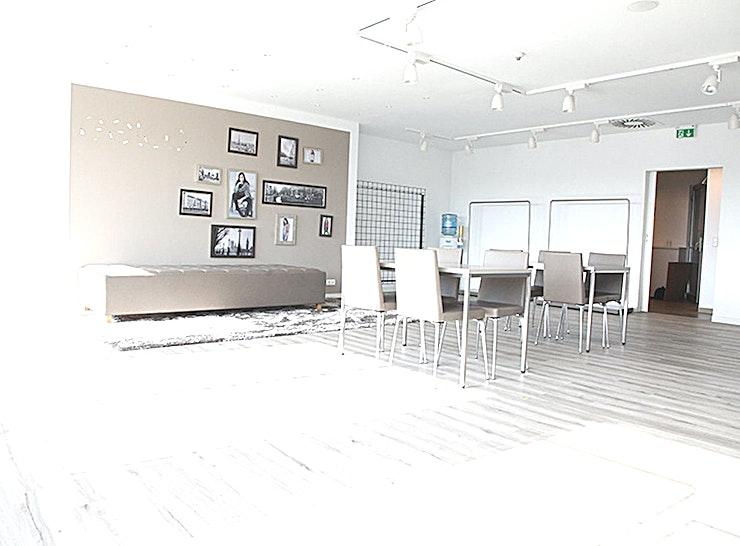 SHOWROOM 1.03.12 **Workshopruimte te huur in de showrooms van het World Fashion Center.**   Het World Fashion Centre is een inspirerende omgeving en staat bekend als dé ontmoetingsplek voor de internationale mode-business. Deze aantrekkelijke ruimtes kunt u ontwerpen en inrichten naar uw eigen smaak, zodat u een perfecte omgeving voor uzelf creëert.    De locatie is gelegen langs de A10 ringweg, heeft ruime parkeergelegenheid en een uitstekende verbindingen met het openbaar vervoer. Het WFC is dan ook gemakkelijk toegankelijk voor gasten en bezoekers. Er is bovendien 24/7 beveiligingspersoneel aanwezig zodat uw veiligheid altijd gewaarborgd is.