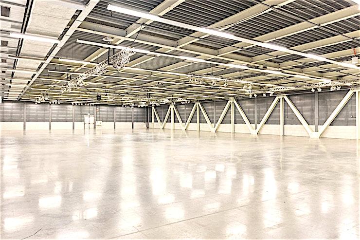 East Hall **De Oost-zaal van het World Fashion Centre is een grote productie studio en werkplaats te huur in Amsterdam.**   Het World Fashion Centre is een inspirerende omgeving en staat bekend als dé ontmoetingsplek voor de internationale mode-business. Deze aantrekkelijke ruimtes kunt u ontwerpen en inrichten naar uw eigen smaak, zodat u een perfecte omgeving voor uzelf creëert.    De locatie is gelegen langs de A10 ringweg, heeft ruime parkeergelegenheid en een uitstekende verbindingen met het openbaar vervoer. Het WFC is dan ook gemakkelijk toegankelijk voor gasten en bezoekers. Er is bovendien 24/7 beveiligingspersoneel aanwezig zodat uw veiligheid altijd gewaarborgd is.