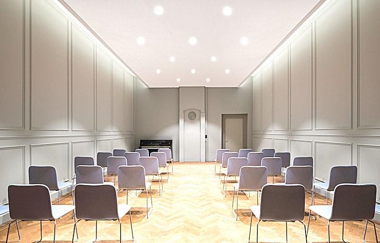 Vrijburgzaal **De Vrijburgzaal in de Rode Hoed in Amsterdam is een kleine vergaderruimte en is ideaal voor presentaties.**   De unieke locatie in het hart van Amsterdam aan de historische UNESCO World Heritage grachten maakt van de Rode Hoed een perfecte locatie voor elk type evenement: van bestuursvergaderingen tot prijsuitreikingen. Het gebouw dateert uit de 17e eeuw, toen het diende als een kerk. Tegenwoordig staat de Rode Hoed bekend als een plek voor maatschappelijke debatten, symposia, literaire en muzikale bijeenkomsten, evenals een multifunctionele evenementenlocatie. De prachtige Oosterhuiszaal, samen met 5 andere sfeervolle kamers, maakt de Rode Hoed perfect voor conferenties met breakout-sessies, zakelijke evenementen en gala-avonden. De sfeer van een oude kerk in combinatie met het authentieke interieur en state-of-the-art technische faciliteiten zullen uw evenement extra speciaal maken.