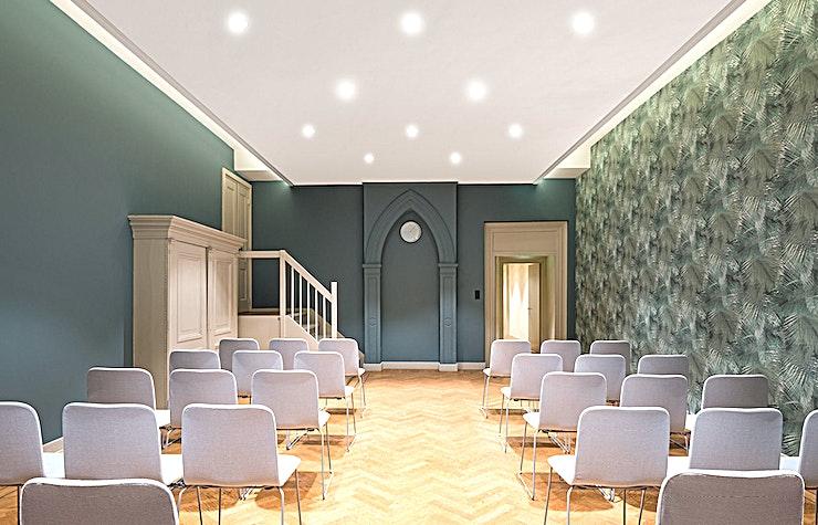 Zwanenzaal **De Zwanenzaal in de Rode Hoed is een grote vergaderlocatie in Amsterdam.**   De unieke locatie in het hart van Amsterdam aan de historische UNESCO World Heritage grachten maakt van de Rode Hoed een perfecte locatie voor elk type evenement: van bestuursvergaderingen tot prijsuitreikingen. Het gebouw dateert uit de 17e eeuw, toen het diende als een kerk. Tegenwoordig staat de Rode Hoed bekend als een plek voor maatschappelijke debatten, symposia, literaire en muzikale bijeenkomsten, evenals een multifunctionele evenementenlocatie. De prachtige Oosterhuiszaal, samen met 5 andere sfeervolle kamers, maakt de Rode Hoed perfect voor conferenties met breakout-sessies, zakelijke evenementen en gala-avonden. De sfeer van een oude kerk in combinatie met het authentieke interieur en state-of-the-art technische faciliteiten zullen uw evenement extra speciaal maken.