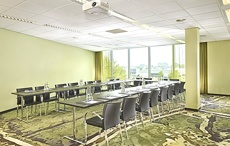 Field Meeting Room Amsterdam is a lovely canal-side city known for its rich history and development of its tolerant society. The bustling centre offers a mixture of cultural heritage and modern flair. Enjoy the cosiness