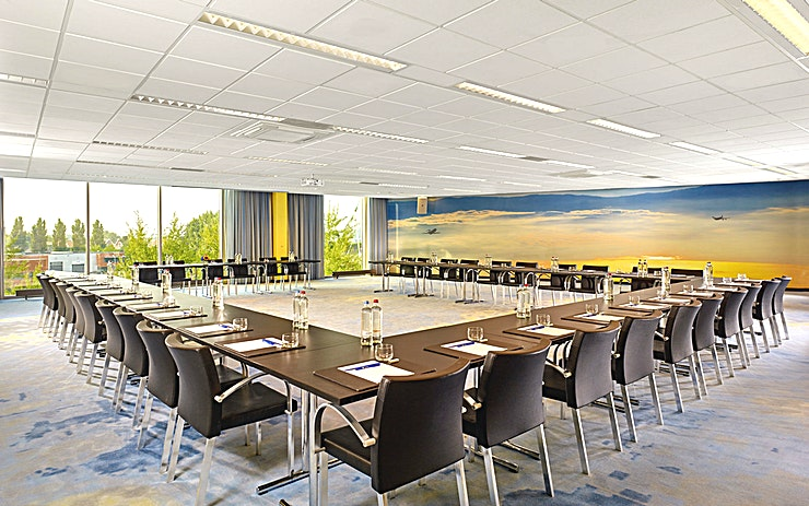 Sky Meeting Room 6 Amsterdam is a lovely canal-side city known for its rich history and development of its tolerant society. The bustling centre offers a mixture of cultural heritage and modern flair. Enjoy the cosiness