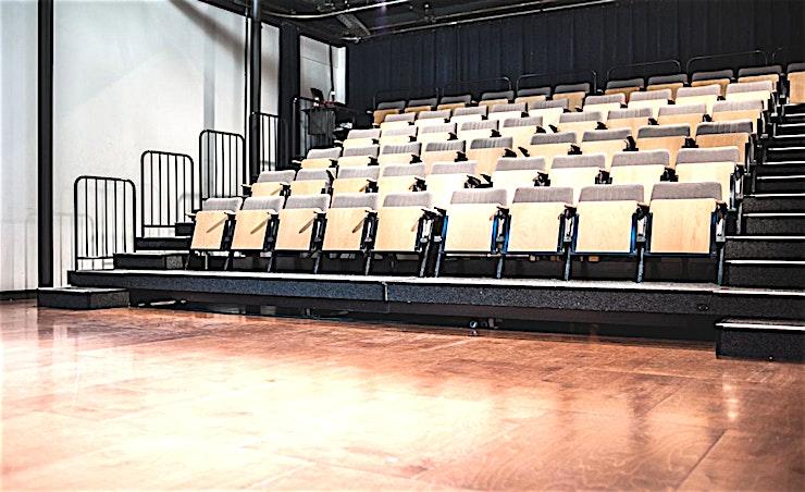 Kleine Zaal **Perfect voor uw volgende lezing of conferentie, de Kleine Zaal in het Compagnietheater is een praktische ruimte te huur in Amsterdam.**   Deze voormalige kerk werd in de late jaren '90 herbouwd door de bekende Nederlandse architecte Francine Houben. Traditionele elementen zoals de onbehandelde houten pilaren zijn perfect vermengd met de industriële look en moderne apparatuur voor een eigentijdse evenementenlocatie. Het Compagnietheater is geschikt voor maximaal 500 personen en kan uitsluitend gehuurd worden voor uw evenement.