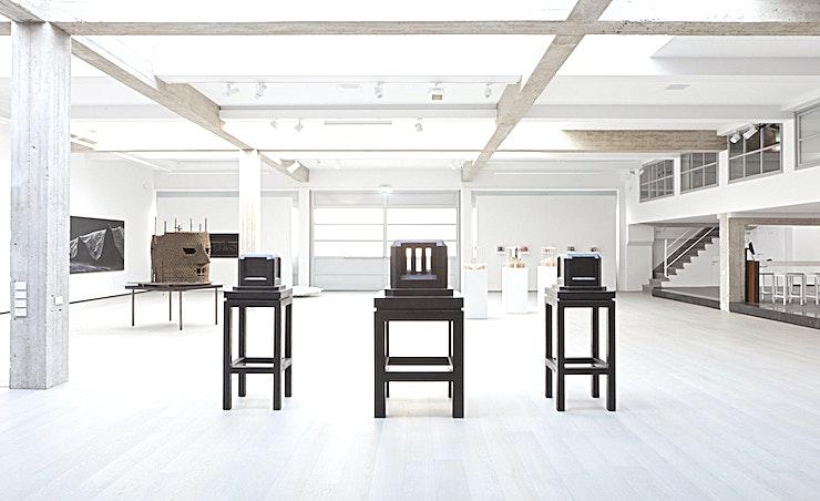 Exhibition Space **De tentoonstellingruimte van Garage Rotterdam is een prachtige ruimte om uw volgende bedrijfsfeest of borrel te organiseren. Dankzij de moderne inrichting is het de perfecte achtergrond voor uw privé-evenement.**   De non-profit Garage in Rotterdam is gevestigd in een voormalige Volkswagen garage. Deze 500 m2 garage werd omgevormd tot een expositiecentrum en koffiehoek door architect Remy Meijers in 2011. Deze creatieve locatie met intieme architectuur is ideaal voor vergaderingen, presentaties, lezingen, kleinschalige optredens, fotoshoots, diners en recepties. Deze lichte en inspirerende locatie kan gemakkelijk cateren voor zowel zeer intieme evenementen als grote bijeenkomsten tot 300 gasten.