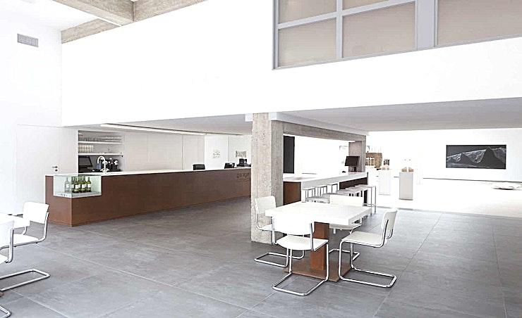 Whole Venue **The Garage in Rotterdam is een trendy en moderne studio.**   De non-profit Garage in Rotterdam is gevestigd in een voormalige Volkswagen garage. Deze 500 m2 garage werd omgevormd tot een expositiecentrum en koffiehoek door architect Remy Meijers in 2011. Deze creatieve locatie met intieme architectuur is ideaal voor vergaderingen, presentaties, lezingen, kleinschalige optredens, fotoshoots, diners en recepties. Deze lichte en inspirerende locatie kan gemakkelijk cateren voor zowel zeer intieme evenementen als grote bijeenkomsten tot 300 gasten.