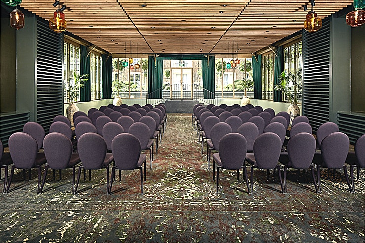 Garden Room **De Garden Room in het Pulitzer Amsterdam is een trendy foyer en daarmee de perfecte plek voor uw volgende borrel.**   Ontmoet en begroet elkaar in de artistieke foyer, voordat u doorloopt naar de serre in het hart van de rustige tuinen van Pulitzer.    Natuurlijk licht valt binnen door de grote ramen in traditionele Nederlandse stijl zodat de verzameling bomen en tuinpotten perfect worden verlicht.    Moeder natuur zou zich hier meteen thuis voelen en jij ook.