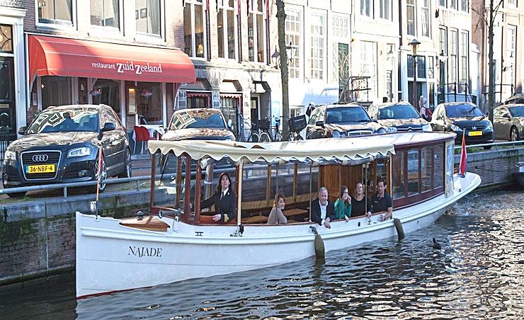 Salonboot Najade **De Najade Salonboot is de perfecte keuze voor een unieke en intieme evenementenlocatie in Amsterdam.**   Salonboot Najade is een mooie salonboot waarvan veel van haar karakteristieke authentieke