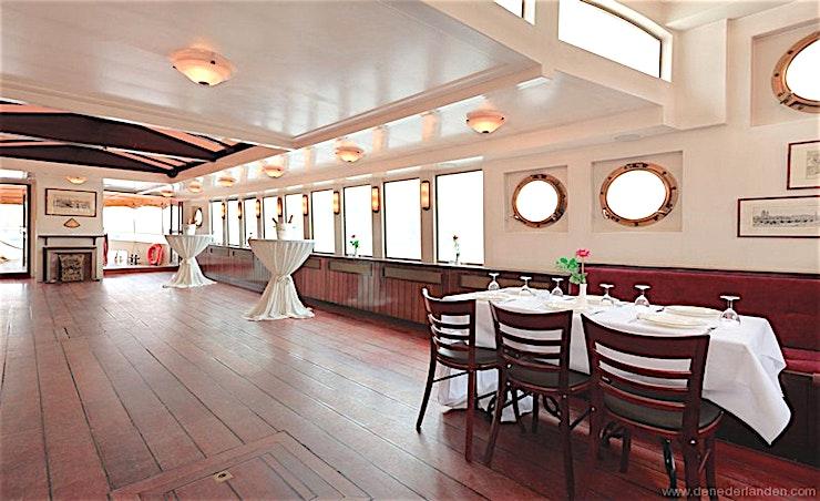 Wapen Van Amsterdam **Wapen Van Amsterdam is een elegant schip klaar om uit te varen voor uw volgende privé-evenement.**   Het Wapen van Amsterdam is het grootste schip in de vloot. Dit elegante schip - gebouwed in 19