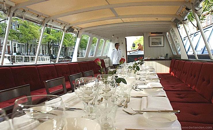 """HILDEBRAND **Hildebrand is een grote boot voor een klassieke rondvaart in Amsterdam voor maximaal 60 personen.**   De """"trekschuit"""" is één van de meest interessante soorten boten in de Nederlandse geschiedenis"""