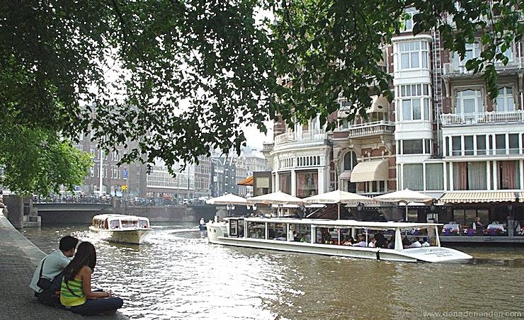 Multatuli **Multatuli is een ruime boot en is ideaal voor het organiseren van privé feestjes en recepties.**   Deze salonboot is een mooie boot waarvan veel van de karakteristieke en authentieke kenmerken bewaard zijn gebleven. Met haar elegante vorm vaart ze gracieus door de Amsterdamse grachten. Met een maximale capaciteit van 18 personen (diner maximaal voor 10 personen) is de Multatuli één van de kleinere klassieke rondvaartboten die in staat is om door het historische centrum van de stad te varen.